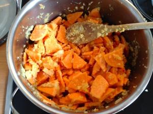 Vermengen mit Ingwer, Zwiebel und Butter